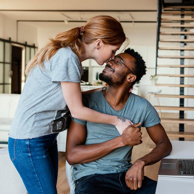 ミディアムショットの女性が男にキス 無料写真