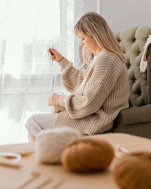 실내 뜨개질 중간 샷 여자 무료 사진
