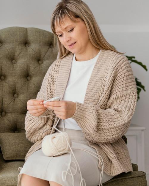 내부 뜨개질 중간 샷 여자 무료 사진
