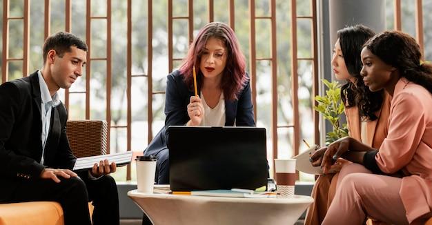 屋内で会議をリードするミディアムショットの女性 無料写真