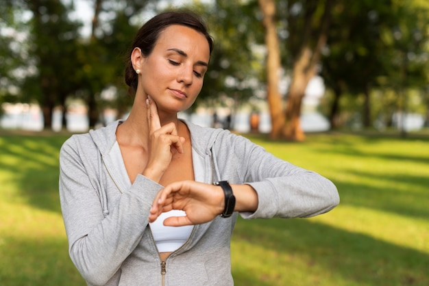 Среднестатистическая женщина измеряет свой пульс Бесплатные Фотографии