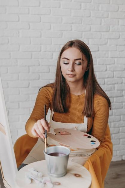 중간 샷 여자 그림 프리미엄 사진