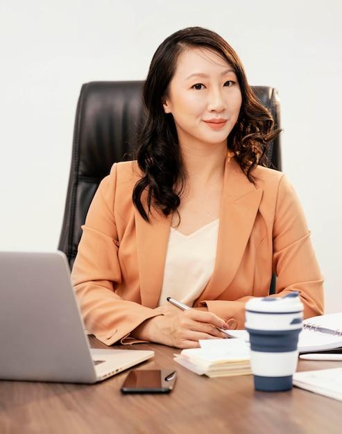 机でポーズをとるミディアムショットの女性 無料写真