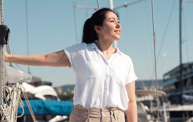 Среднего выстрела женщина позирует в гавани Бесплатные Фотографии