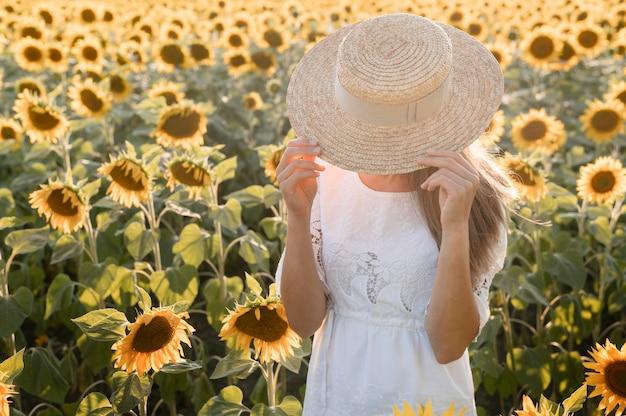 ミディアムショットの女性が帽子でポーズ 無料写真