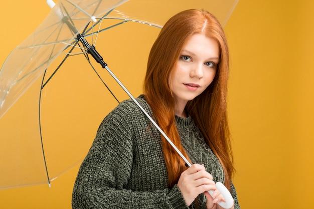 ミディアムショットの女性が傘でポーズ 無料写真