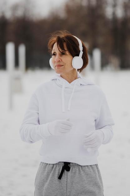 Donna del colpo medio che corre fuori Foto Gratuite