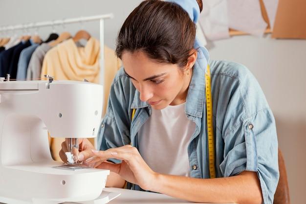 ミディアムショットの女性の縫製 Premium写真