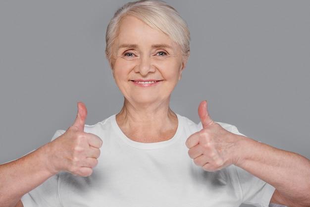Donna del colpo medio che mostra approvazione Foto Gratuite