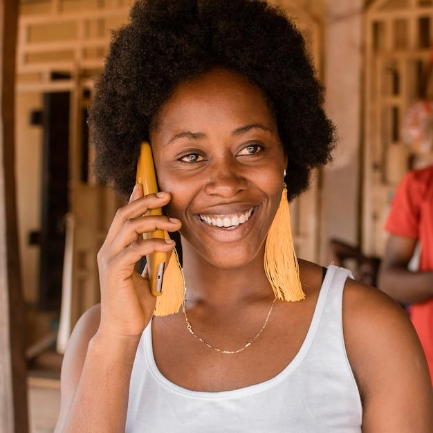 電話で話しているミディアムショットの女性 Premium写真
