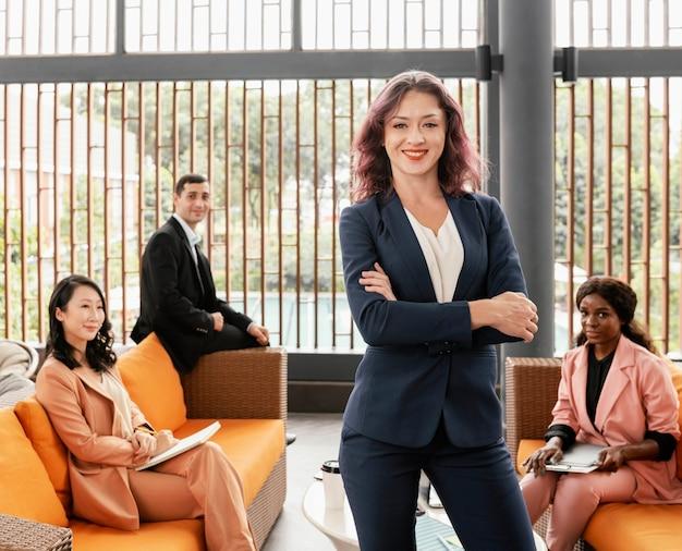 ミディアムショットの女性チームリーダーのポーズ Premium写真