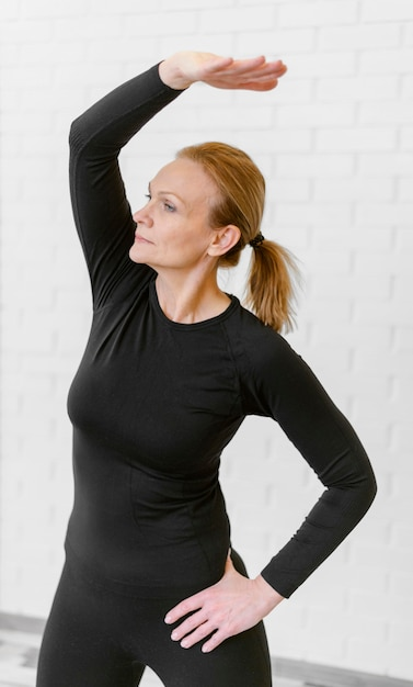 ミディアムショットの女性が内部でトレーニング 無料写真