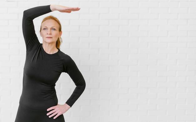 コピースペースでミディアムショットの女性トレーニング 無料写真