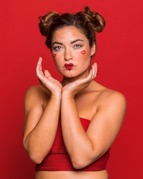 메이크업을 입고 중간 샷 여자 프리미엄 사진