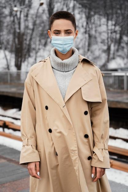 Maschera da portare della donna del colpo medio Foto Gratuite