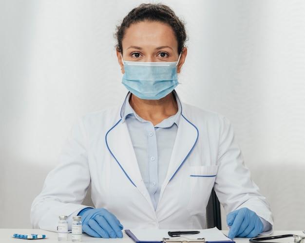 Colpo medio donna che indossa maschera medica Foto Gratuite