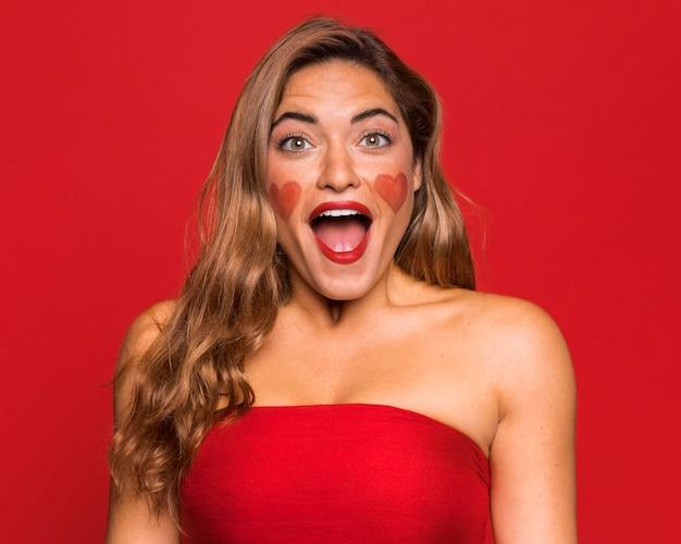 빨간 립스틱을 입고 중간 샷 여자 무료 사진