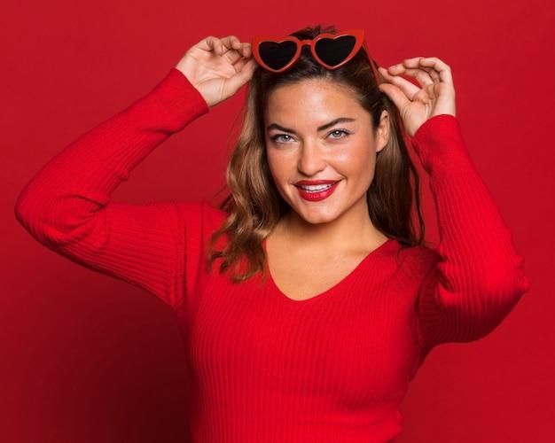 선글라스를 착용하는 중간 샷 여자 무료 사진