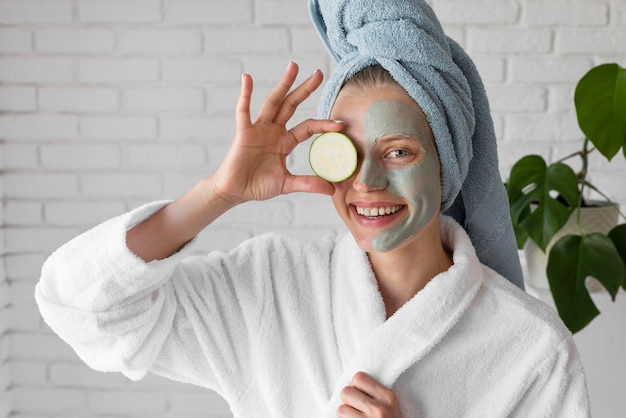 Donna di tiro medio con maschera facciale Foto Gratuite
