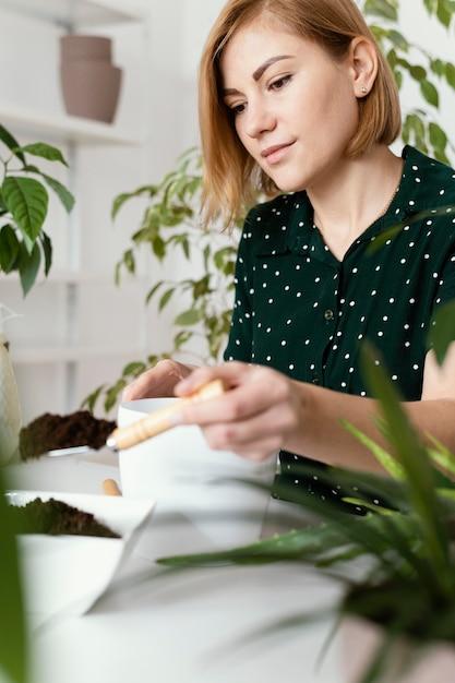 Colpo medio donna con cazzuola da giardinaggio Foto Gratuite