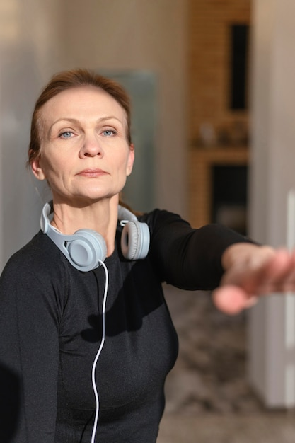 ヘッドフォンでミディアムショットの女性 無料写真