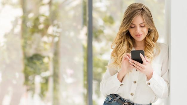 Средний выстрел женщина с телефоном Бесплатные Фотографии