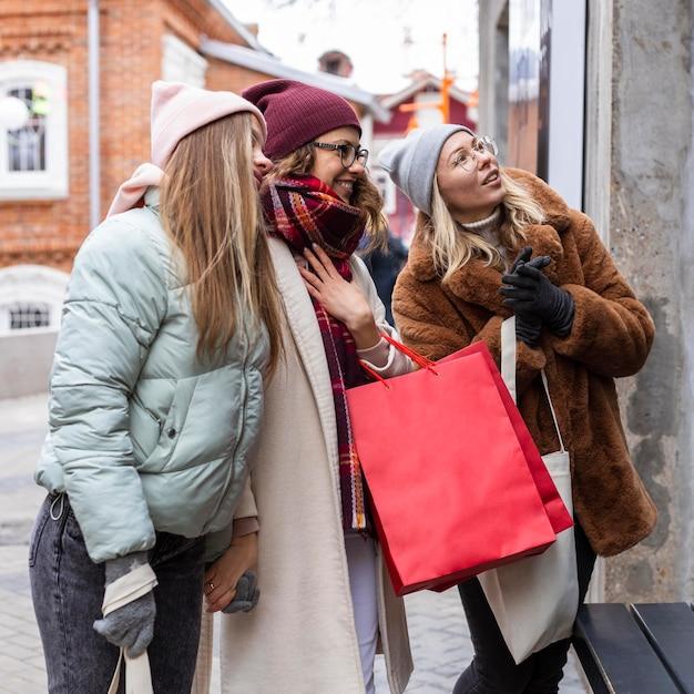 중간 샷 여성 쇼핑백 무료 사진