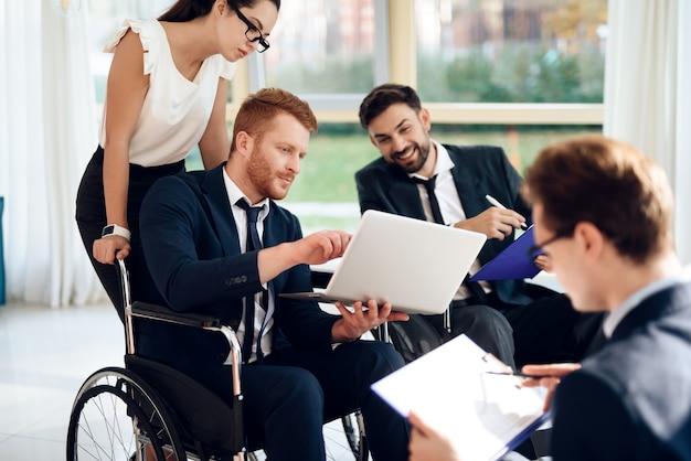 明るい部屋での障害者の会議。 Premium写真