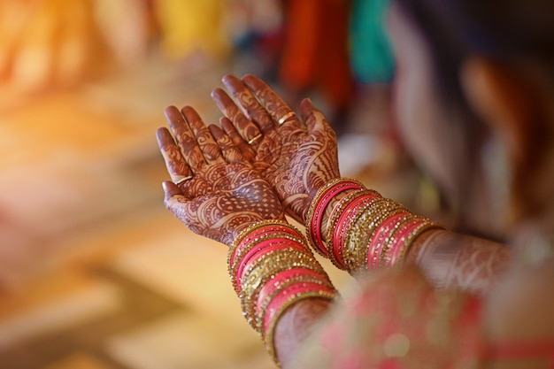 Mehandi on hand , indian wedding Premium Photo