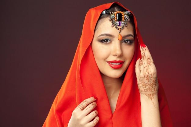 暗闇の中でmehendiとオリエンタルスタイルの美しい女性 Premium写真