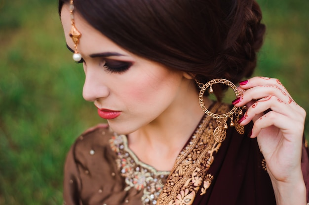 Менди тату. женщина руки с черными татуировками хной. индийские национальные традиции. Premium Фотографии