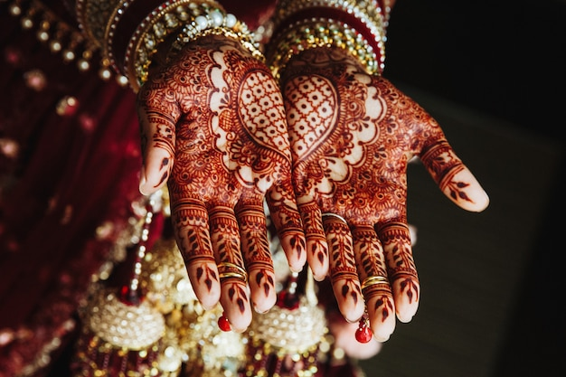 ヘナによって描かれた手に一時的な刺青の結婚式の飾り 無料写真