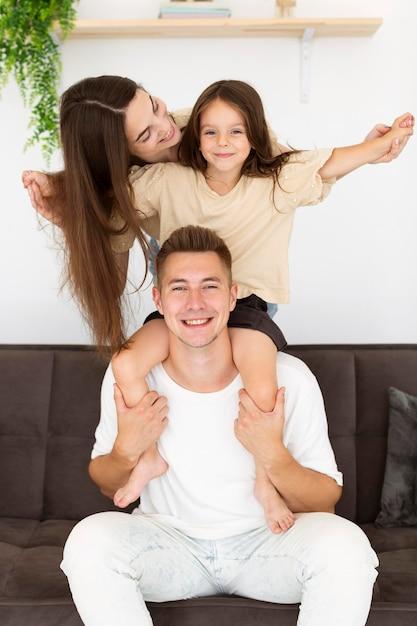 집에서 휴식을 취하는 가족 구성원 프리미엄 사진