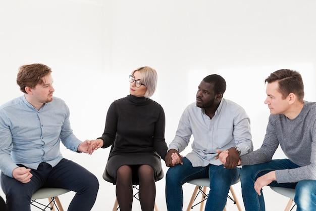 リハビリクリニックで手を繋いでいる男性と女性 無料写真