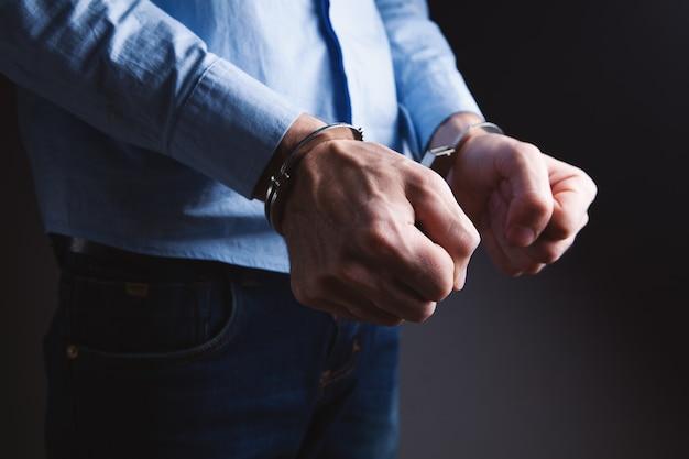 Мужчины в наручниках в преступной концепции Premium Фотографии