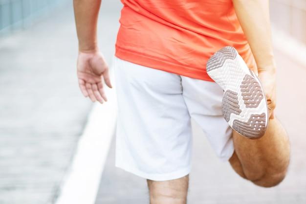 남성은 격렬한 운동으로 공원에서 다리 통증이 많습니다. 프리미엄 사진