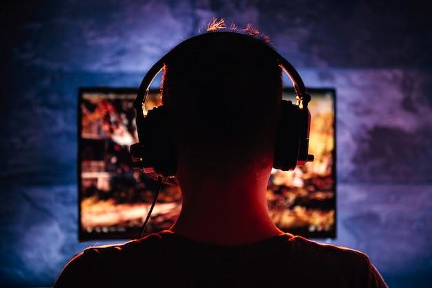 Men playing video game Premium Photo