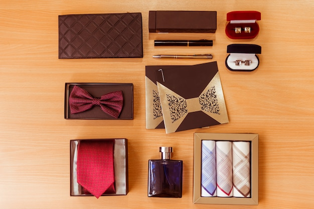 Men's accessories lying on wooden table Premium Photo