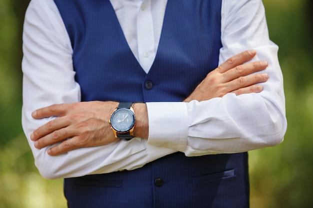 Мужские часы, наручные часы на руку мужчине, сроки, время для бизнеса, стартап. Premium Фотографии