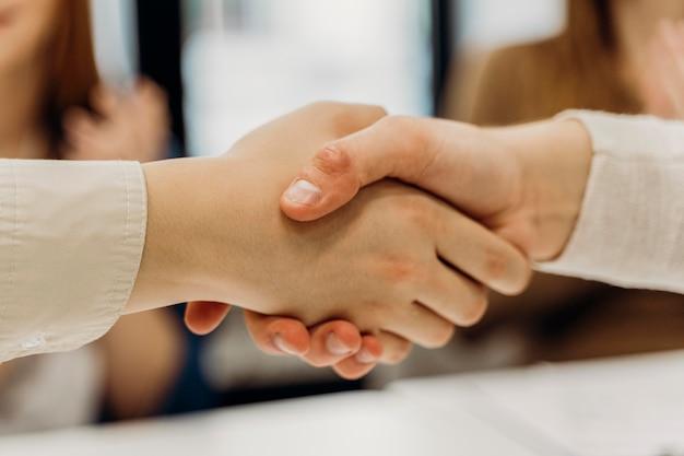 Мужчины, пожимая руки после деловой встречи Premium Фотографии