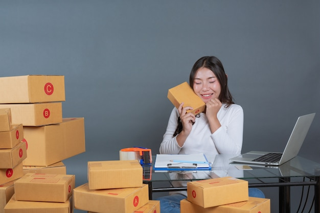 Men and women are helping to pack the boxes. Free Photo