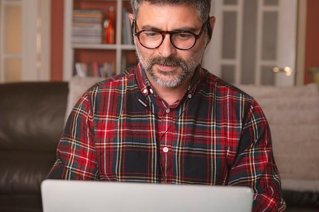 집에서 일하는 남성, 직장 회의에서 화상 통화. 집에서 일하십시오. 원격 작업. 프리미엄 사진