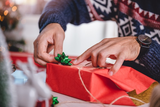 Men wrapping christmas gifts Premium Photo