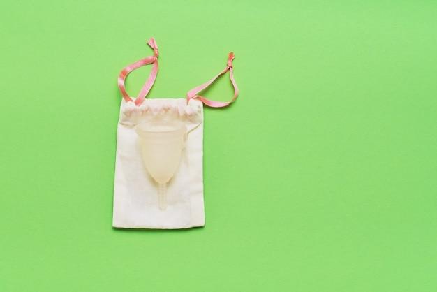 緑に保管するための月経カップと綿のポーチ Premium写真