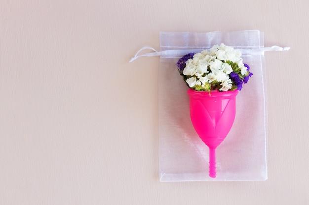 月経カップと花のつぼみがクローズアップ Premium写真