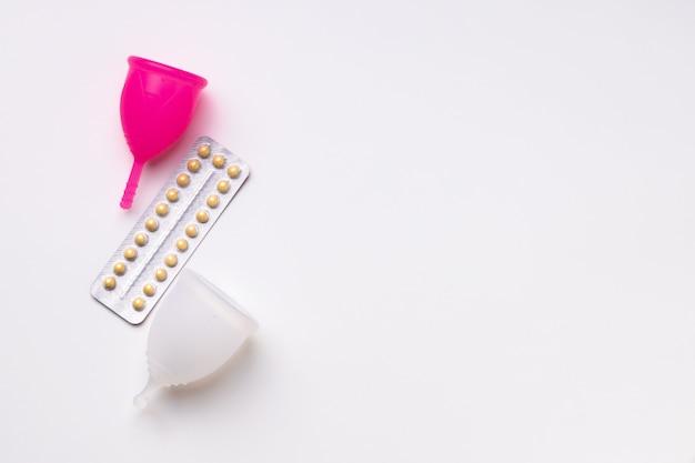 月経カップと経口避妊薬の上面図 Premium写真