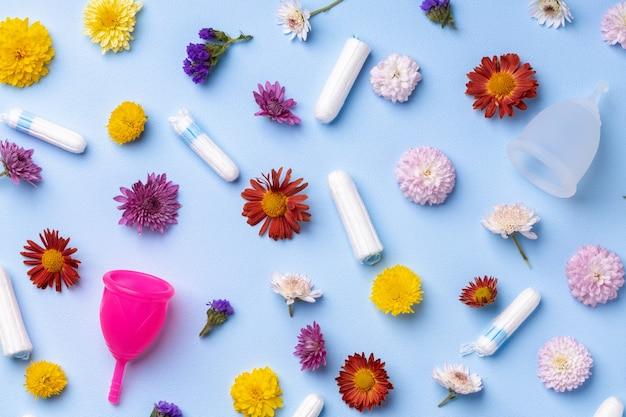 花柄の表面に月経カップとタンポン Premium写真