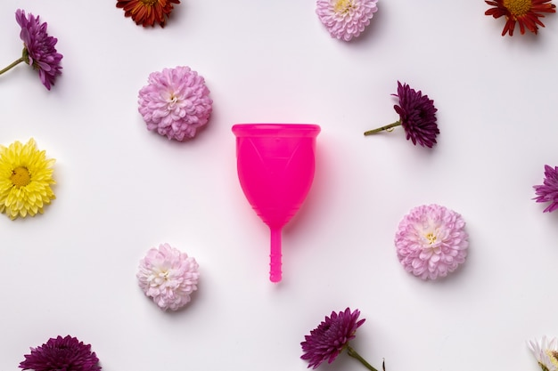 花柄の背景の上面図、コピースペースに月経カップ Premium写真