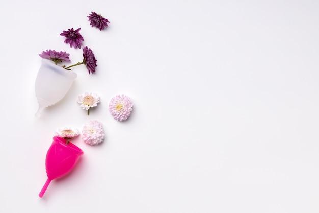 白い背景に花と月経カップ Premium写真