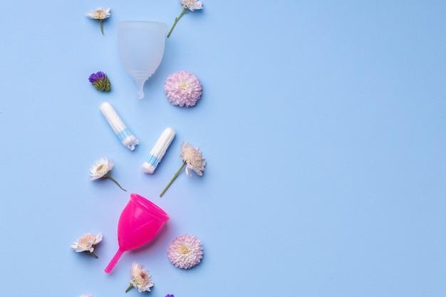 青い表面に花が付いている月経衛生製品 Premium写真